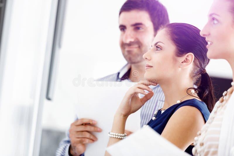 Gente di affari in ufficio moderno immagini stock libere da diritti
