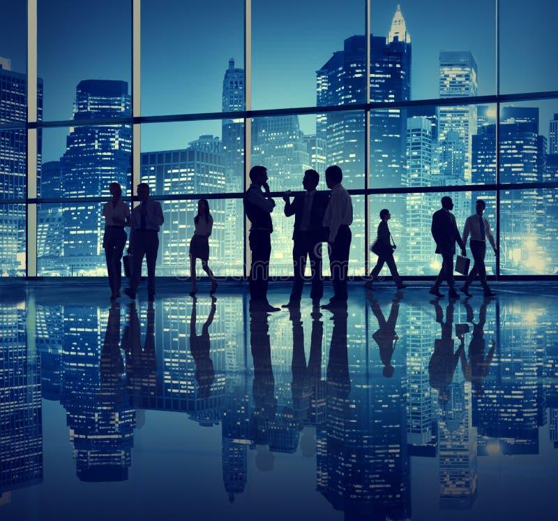 Gente di affari in un edificio per uffici fotografie stock libere da diritti