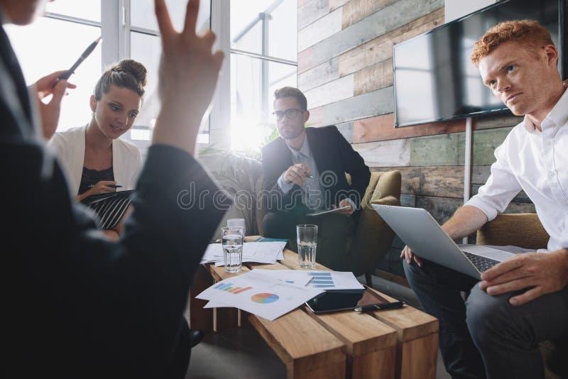Gente di affari in una riunione all'ufficio fotografia stock