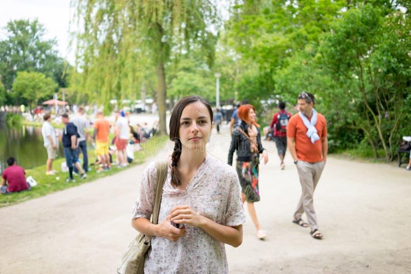 Gente di camminata di Vondelpark fotografia stock libera da diritti