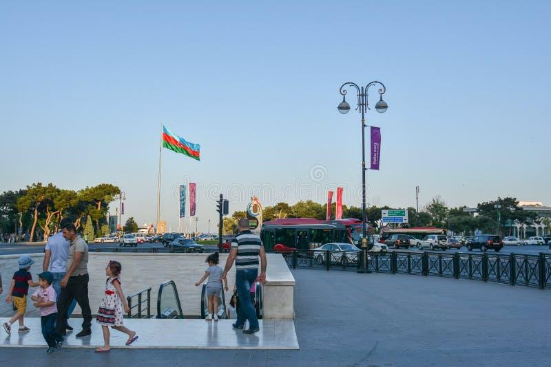 Download Gente Di Camminata Nel Parco Di Spiaggia A Bacu Immagine Stock Editoriale - Immagine di manifesti, costruzione: 55360499