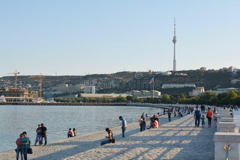 Download Gente Di Camminata Nel Parco Di Spiaggia, Bacu Fotografia Stock Editoriale - Immagine di baia, cane: 55360713