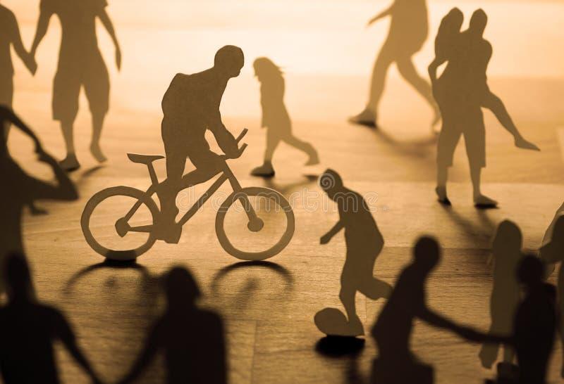 Gente di carta urbana fotografia stock