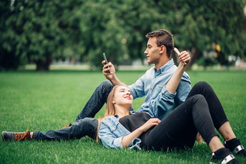 Gente dipendente del telefono, persona dedita sociale fotografie stock libere da diritti