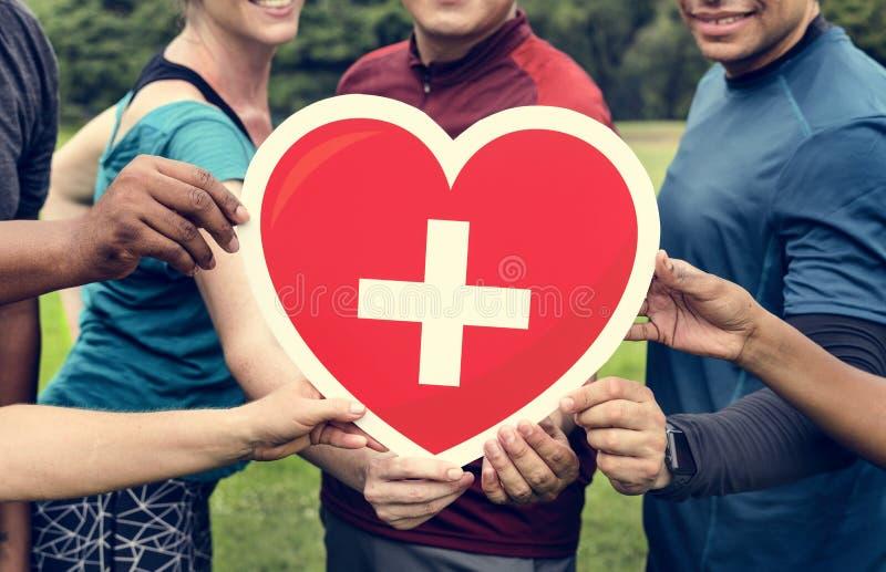 Gente diversa con el icono de la atención sanitaria imagen de archivo
