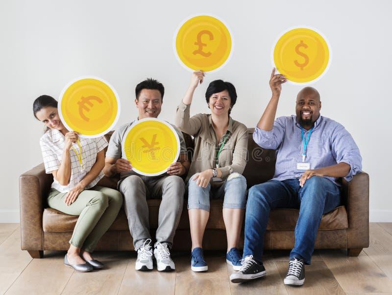 Gente diversa con los iconos de la moneda del dinero fotografía de archivo