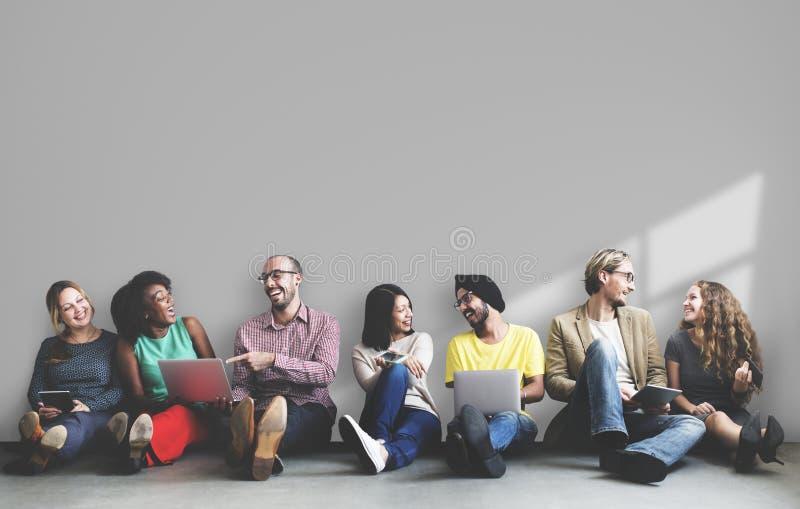 Gente diversa que se sienta y que cuelga hacia fuera imagen de archivo