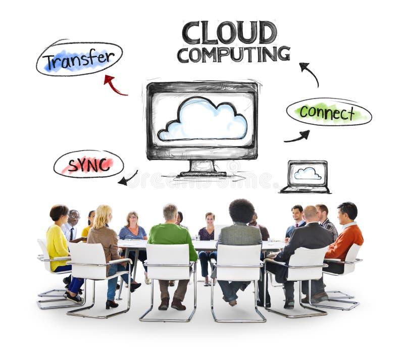 Gente diversa que tiene una reunión sobre la computación de la nube imagen de archivo libre de regalías