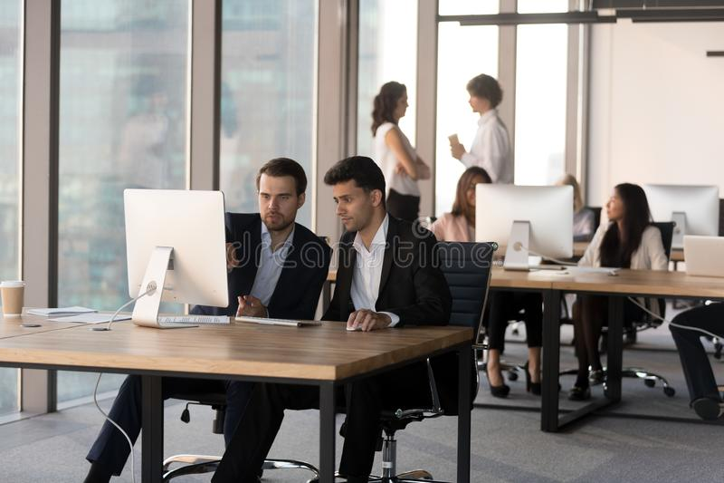 Gente diversa que trabaja en los ordenadores en espacio coworking foto de archivo libre de regalías