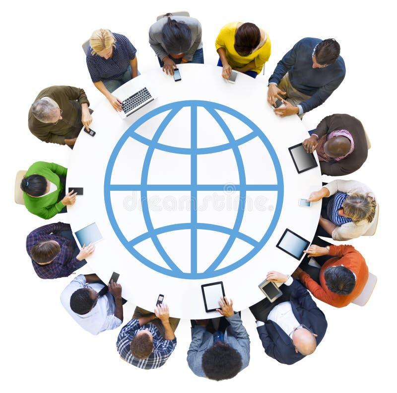 Gente diversa que usa los dispositivos con símbolo del mundo ilustración del vector