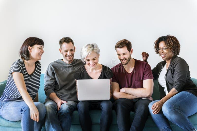 Gente diversa que usa unidad digital del dispositivo fotos de archivo