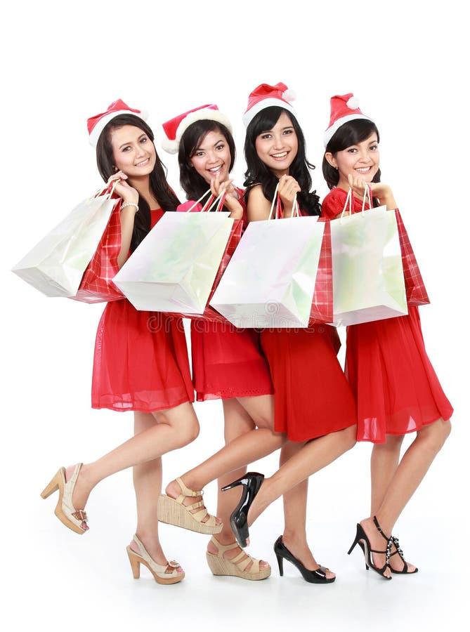 Gente divertida feliz con el sombrero de santa de la Navidad que sostiene las cajas de regalo a fotos de archivo libres de regalías