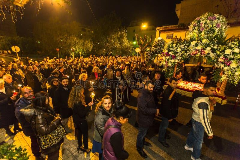 gente durante la celebración de Pascua ortodoxa - vísperas el gran viernes foto de archivo libre de regalías