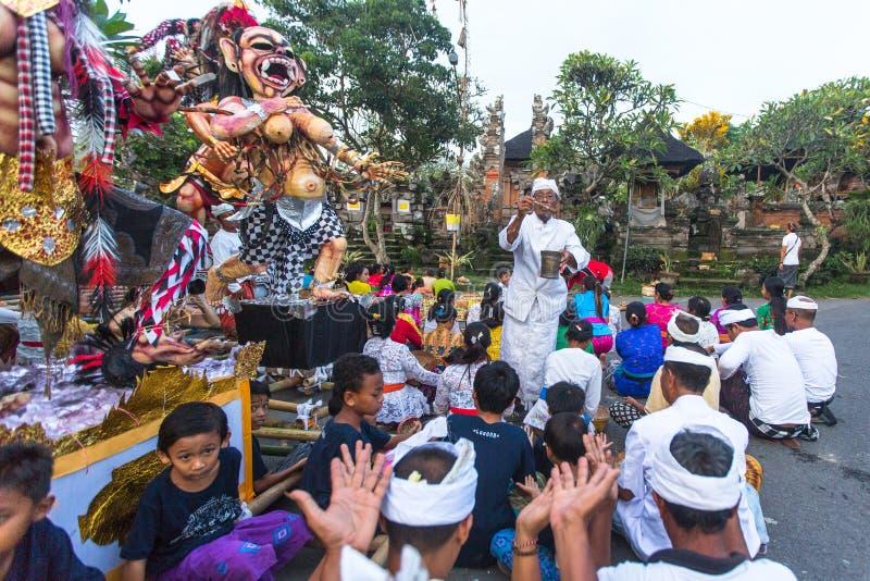Gente durante la celebración Nyepi - día del Balinese del silencio fotografía de archivo libre de regalías
