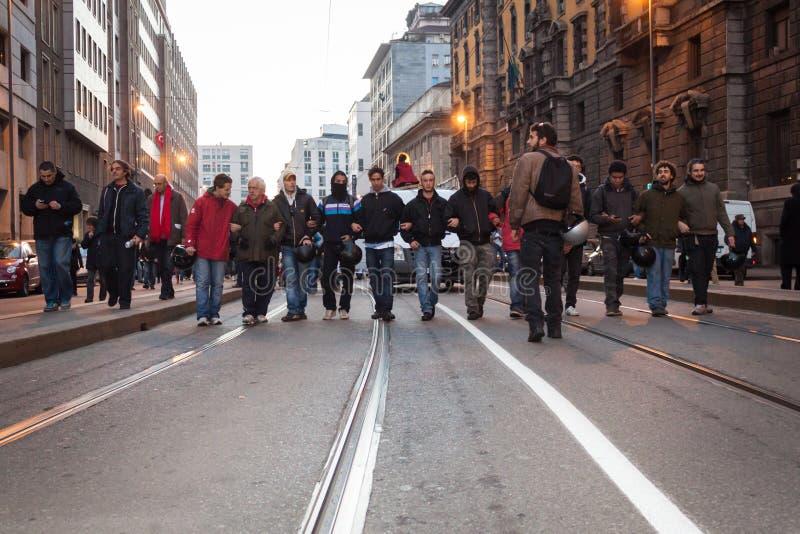 Gente durante una marcha antifascist en Milán, Italia imagen de archivo