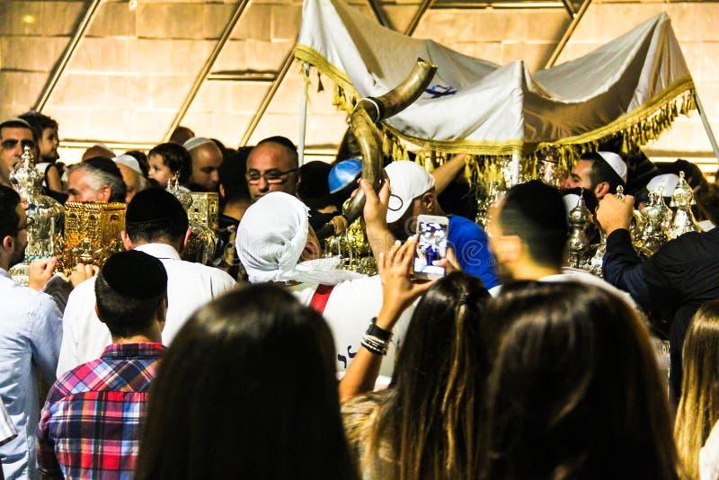 Gente ebrea non identificata su cerimonia di Simhath Torah Tel Aviv immagine stock libera da diritti