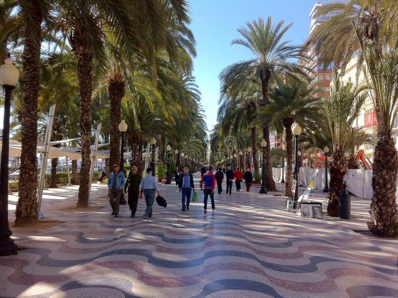 Gente el día de fiesta en Alicante España imagenes de archivo