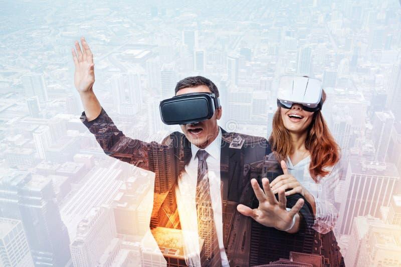 Gente emocional que hace un viaje en una realidad virtual imagen de archivo libre de regalías