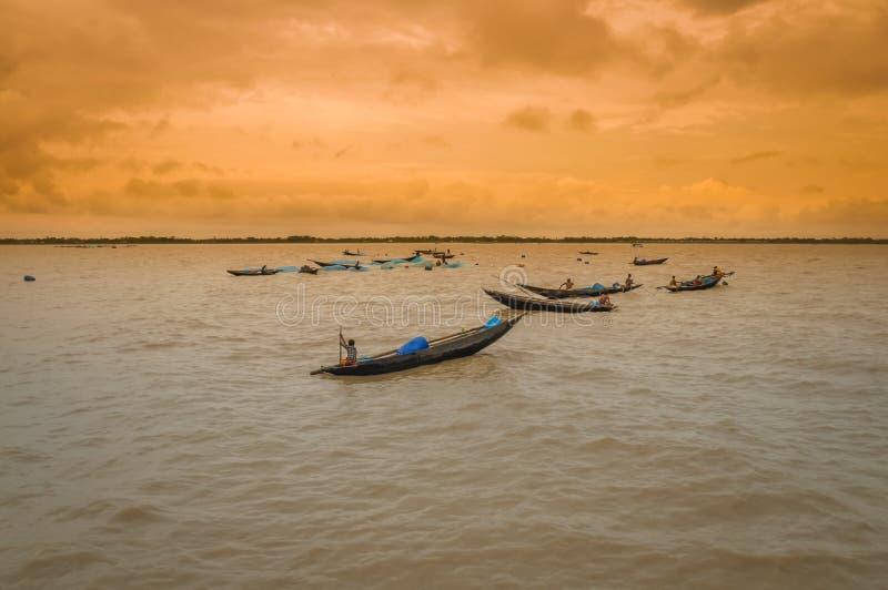 Gente en barcos en Bangladesh fotografía de archivo libre de regalías