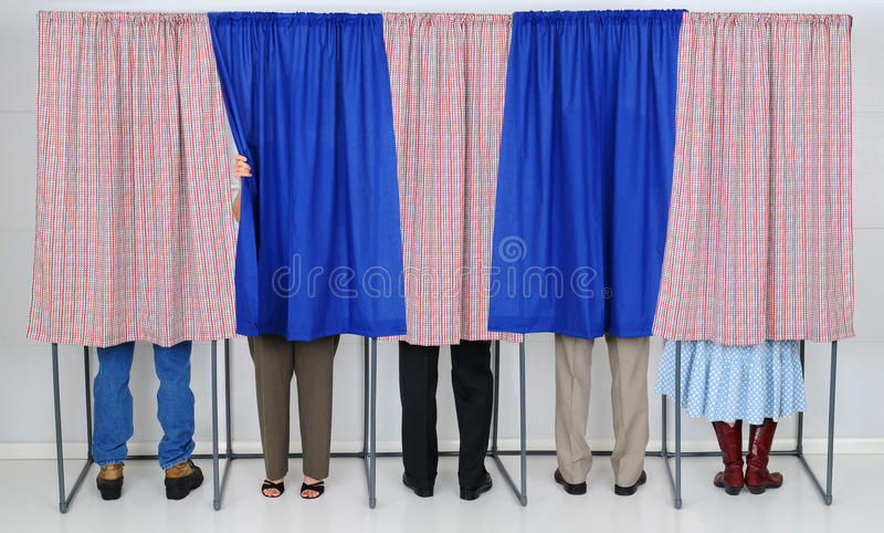 Gente en cabinas de votación imagen de archivo libre de regalías