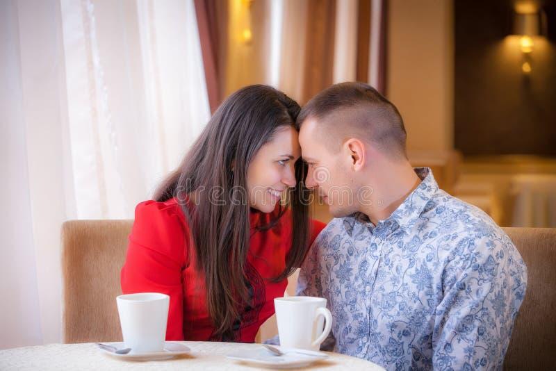 Gente en café que disfruta del gasto del tiempo con uno a fotografía de archivo