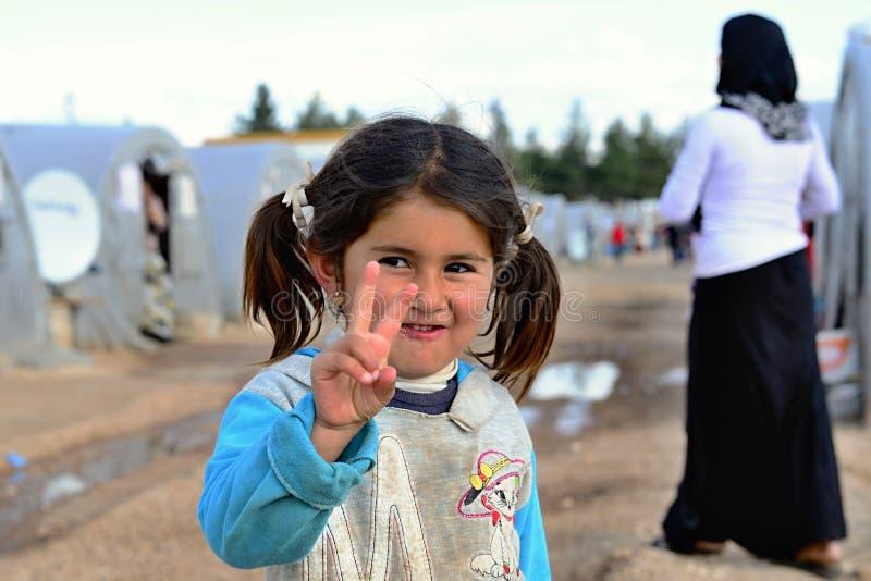Gente en campamento de refugiados fotos de archivo