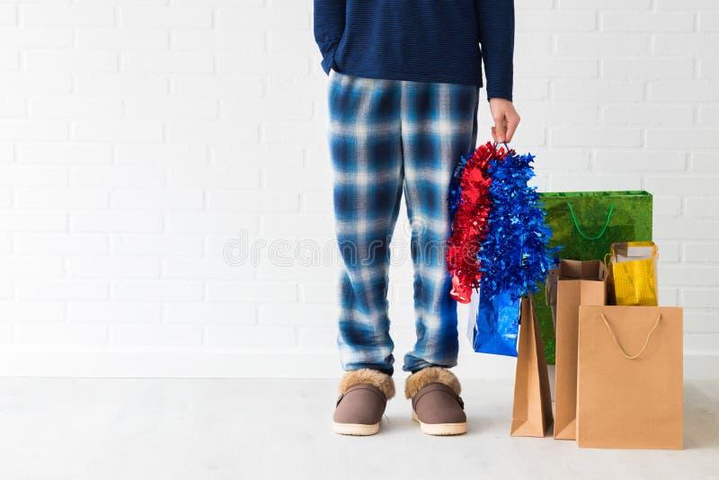 Gente en casa con los bolsos de la Navidad foto de archivo