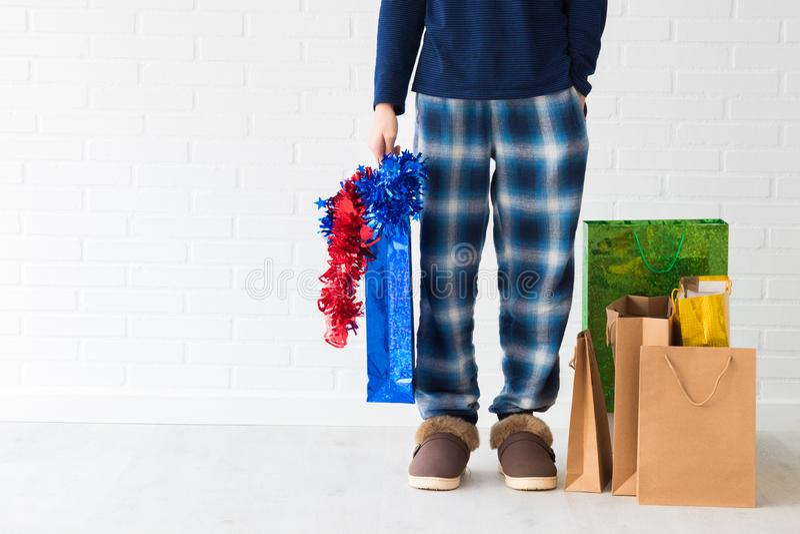 Gente en casa con los bolsos de la Navidad imagen de archivo libre de regalías