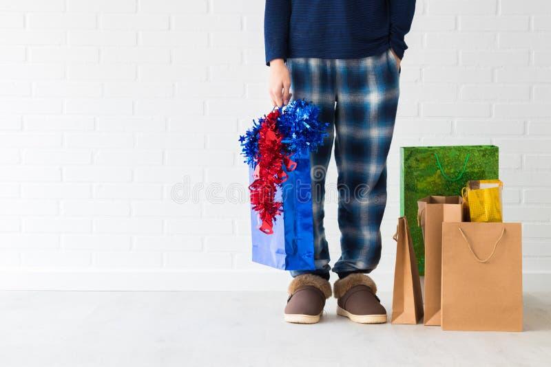Gente en casa con los bolsos de la Navidad fotos de archivo