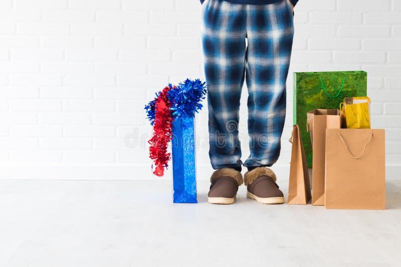 Gente en casa con los bolsos de la Navidad imagenes de archivo