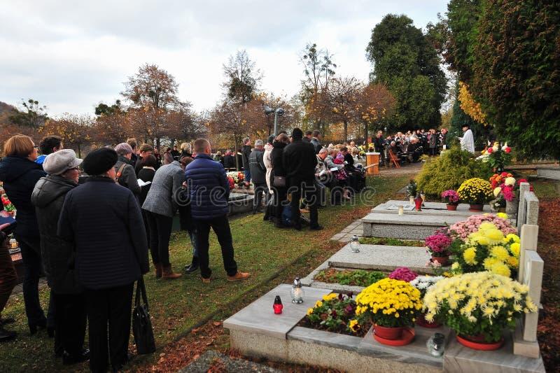 Gente en cementerio en el día de fiesta difunto fotos de archivo libres de regalías