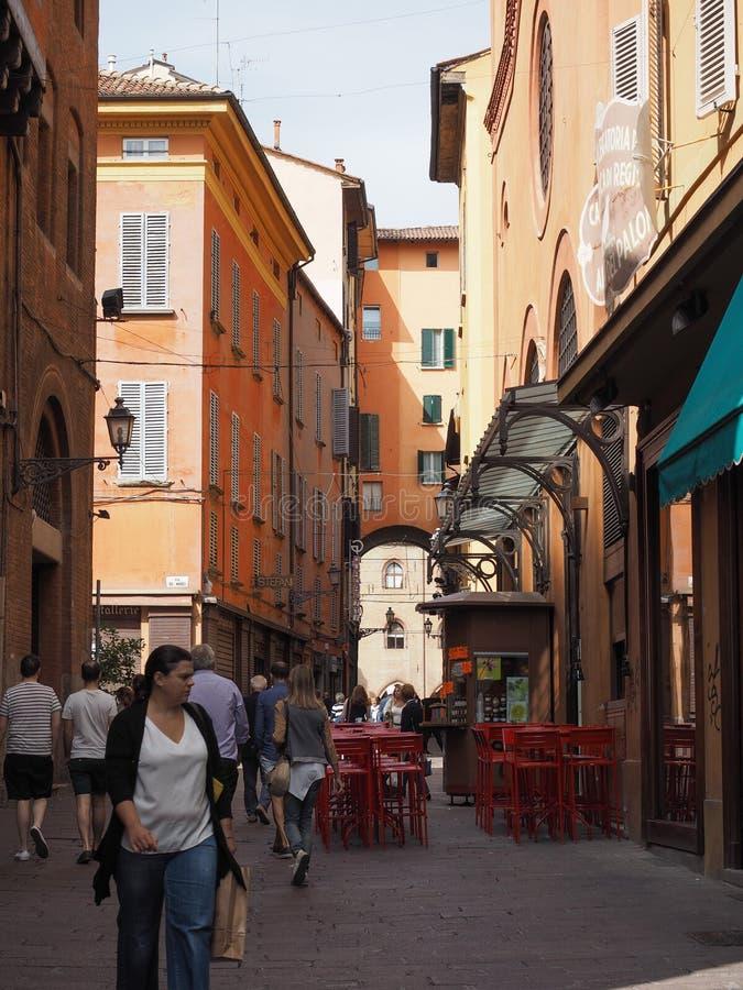 Gente en centro de ciudad de Bolonia foto de archivo libre de regalías