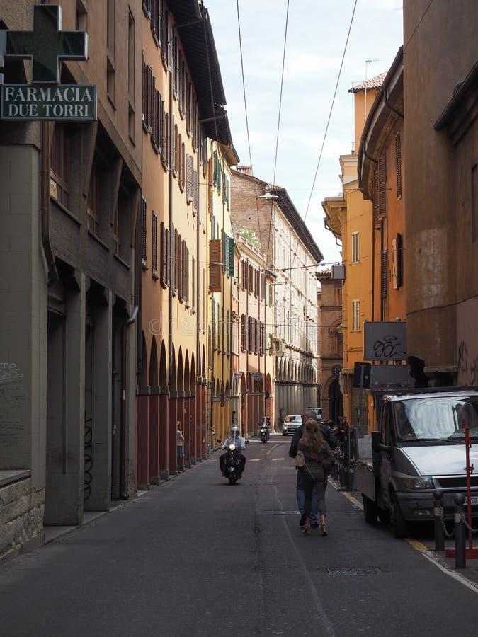 Gente en centro de ciudad de Bolonia imagenes de archivo