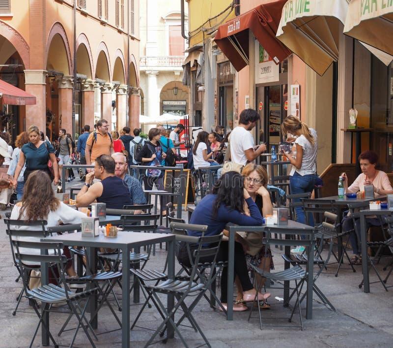 Gente en centro de ciudad de Bolonia imágenes de archivo libres de regalías