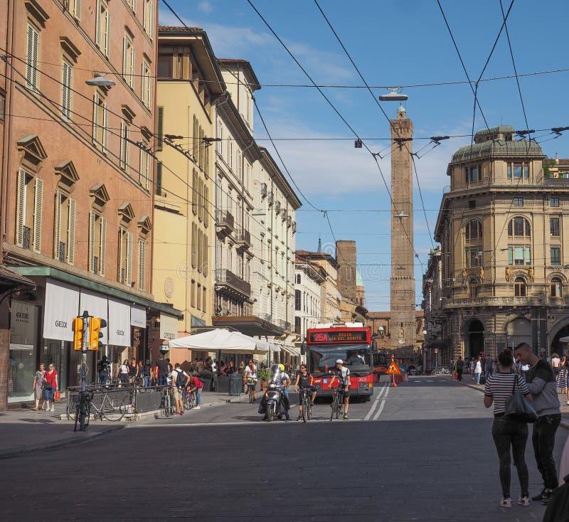 Gente en centro de ciudad de Bolonia fotos de archivo