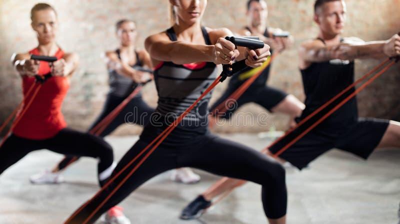 Gente en clase del ejercicio