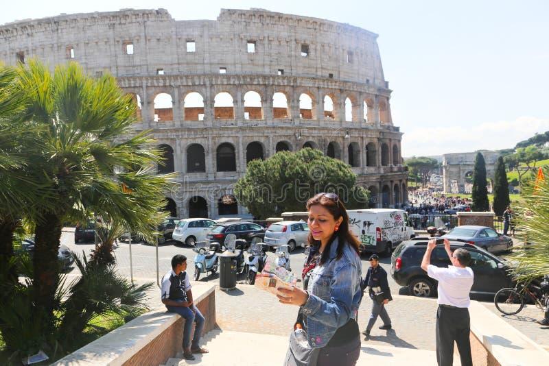 Gente en Colosseum Roma fotografía de archivo libre de regalías