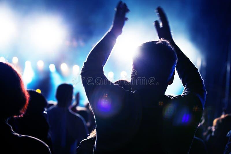 Gente en concierto de la música imágenes de archivo libres de regalías