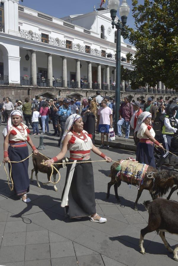 Gente en danza ecuatoriana tradicional de los vestidos foto de archivo libre de regalías