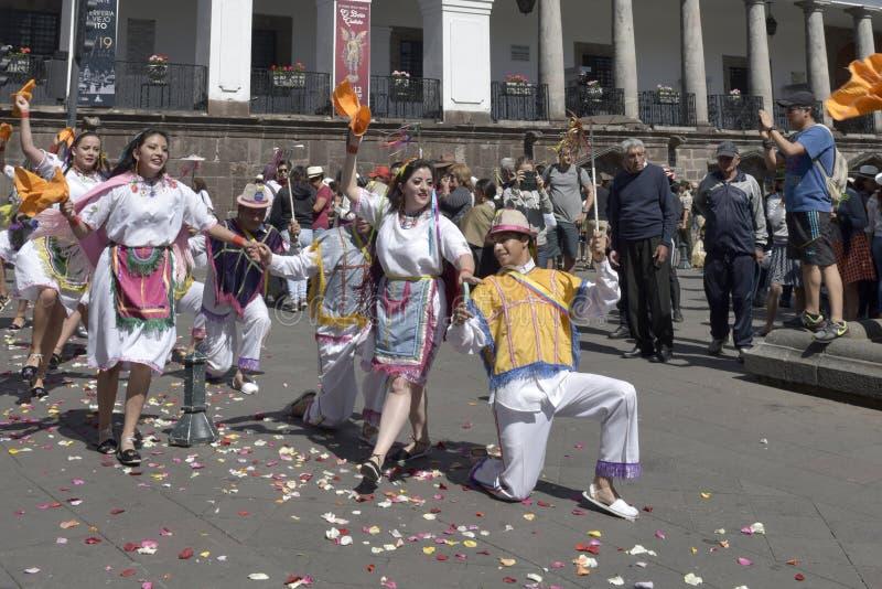 Gente en danza ecuatoriana tradicional de los vestidos imagen de archivo