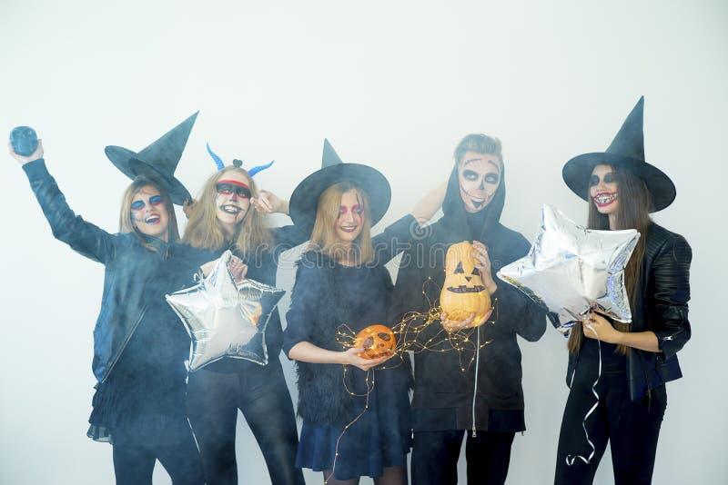 Gente en disfraces de Halloween fotografía de archivo