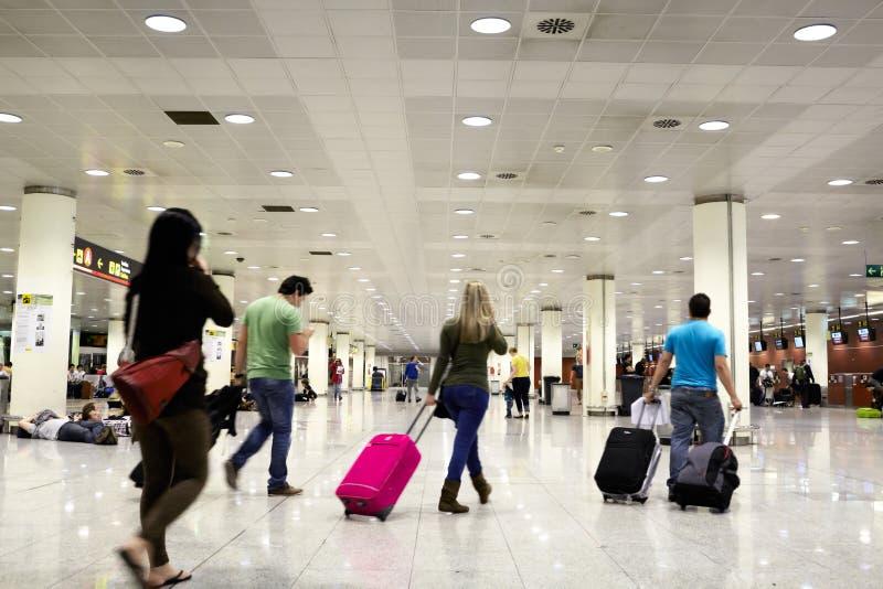Gente en el aeropuerto. imágenes de archivo libres de regalías