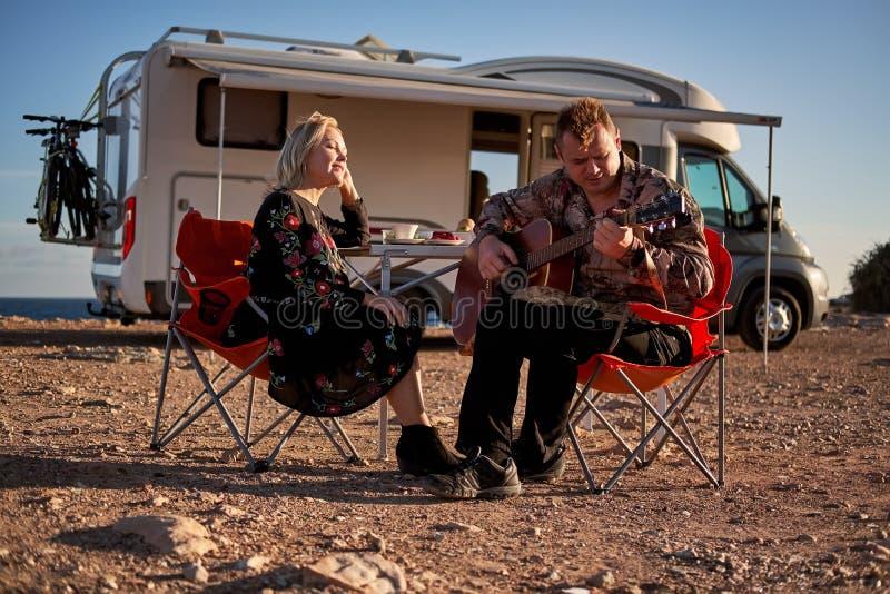 Gente en el amor que tiene guitarra romántica del juego del marido de la fecha a la esposa querida imagen de archivo