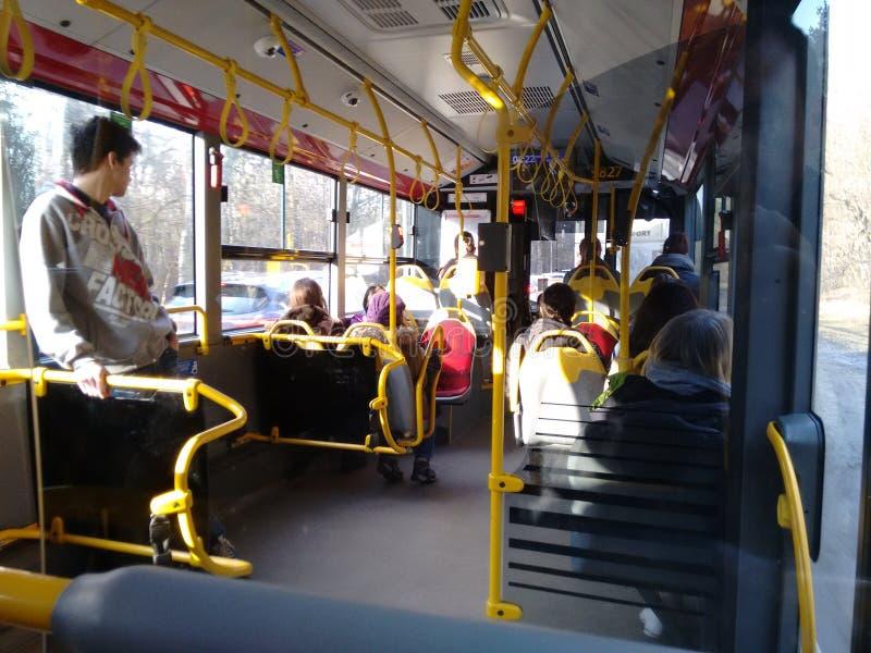 gente en el autobús Varsovia foto de archivo