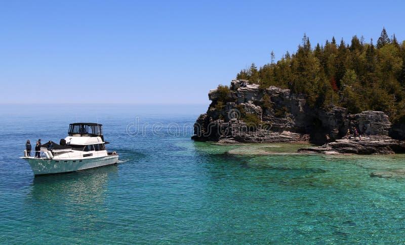 Gente en el barco agradable que disfruta de la visión a la una de los parques nacionales canadienses más populares fotos de archivo