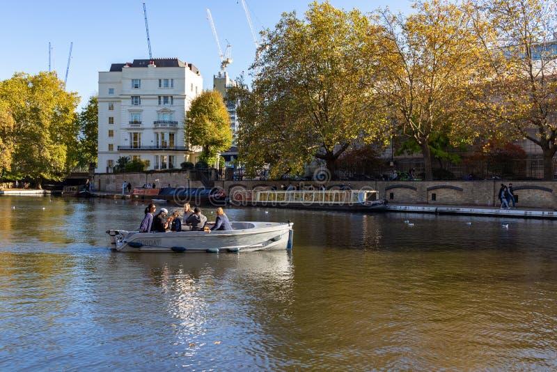 Gente en el barco en el canal del regente al lado de Paddington en poca Venecia, Londres - Inglaterra, Reino Unido imagen de archivo libre de regalías