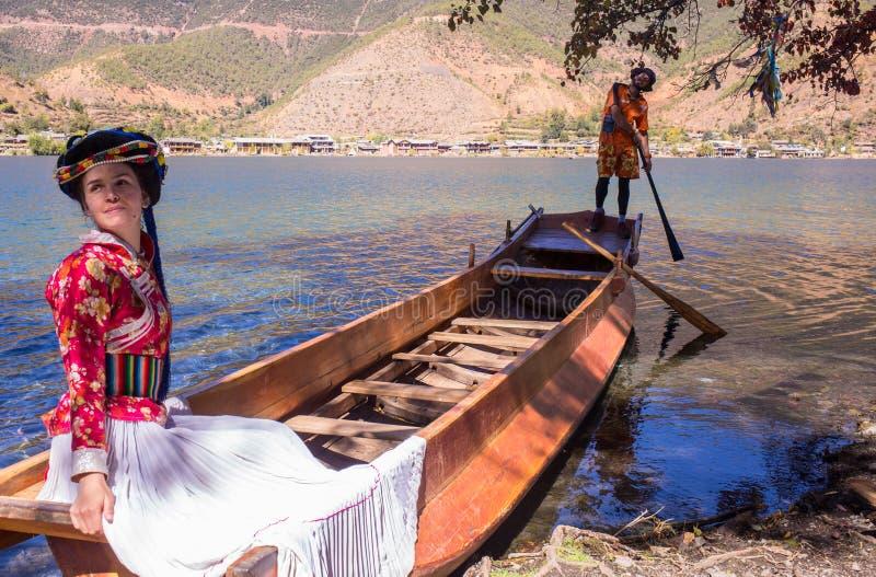 Gente en el barco en un lago hermoso fotografía de archivo