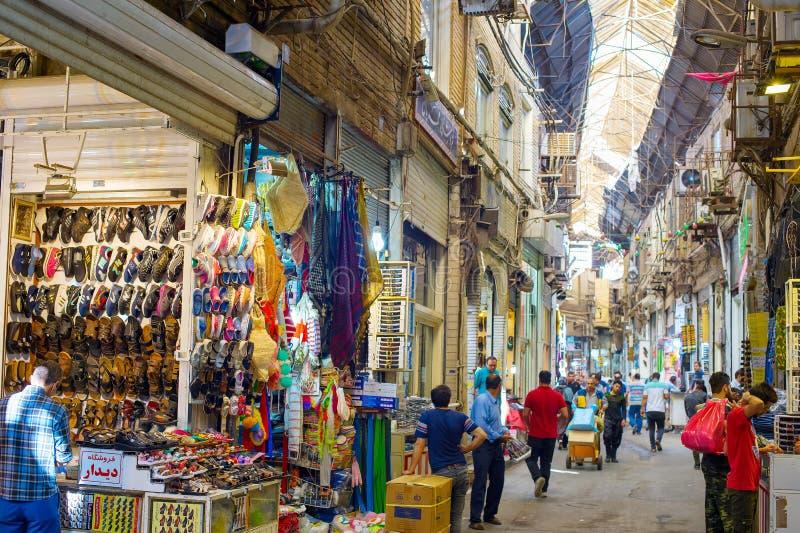 Gente en el bazar magnífico de Teherán fotografía de archivo libre de regalías
