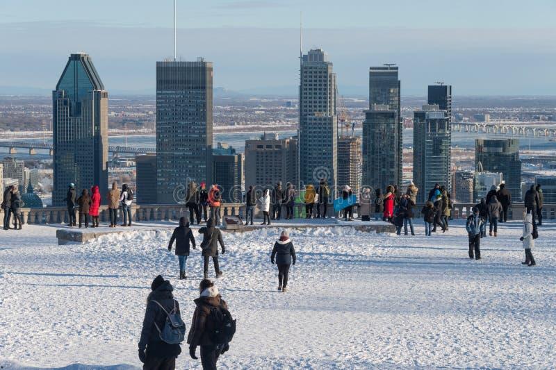 Gente en el belvedere de Kondiaronk en Montreal fotos de archivo libres de regalías