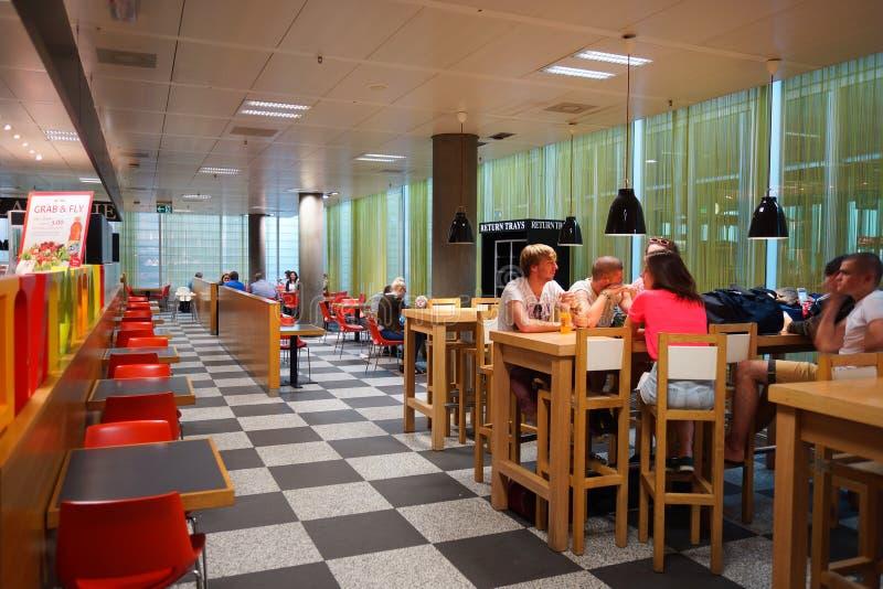 Gente en el café del aeropuerto fotos de archivo libres de regalías